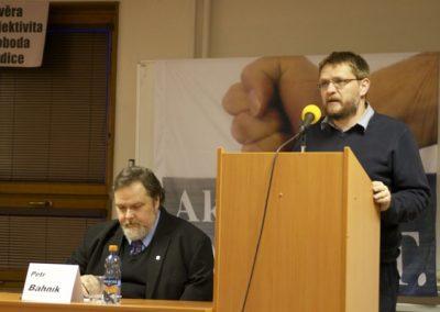 V úvodu vystoupil nový předseda Akce D.O.S.T. Michal Semín, aby přítomné seznámil s plánem činnosti v následujícím roce. Vedle něho sedí místopředseda Akce D.O.S.T. Petr Bahník, který celým večerem přítomné provázel.
