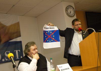 Michal Semín rovněž představil logo Hnutí proti vlajce.