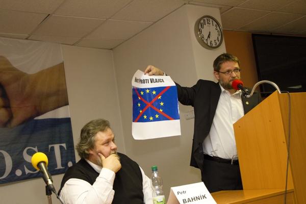 """Odmítáme na Pražském hradě symbol vazalství – Akce D.O.S.T. proti vyvěšení """"vlajky EU"""" na sídle prezidenta republiky"""
