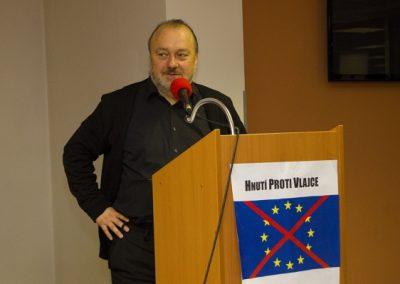 Logo Hnutí proti vlajce již při jeho projevu zdobilo řečnický pult.