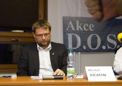 Michal Semín pozorně poslouchá diskusní příspěvky.