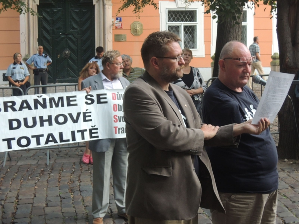 """Projev Bohumila Šourka z MONOS  na Kampě při protestu proti Prague Pride """"Braňme se duhové totalitě"""""""