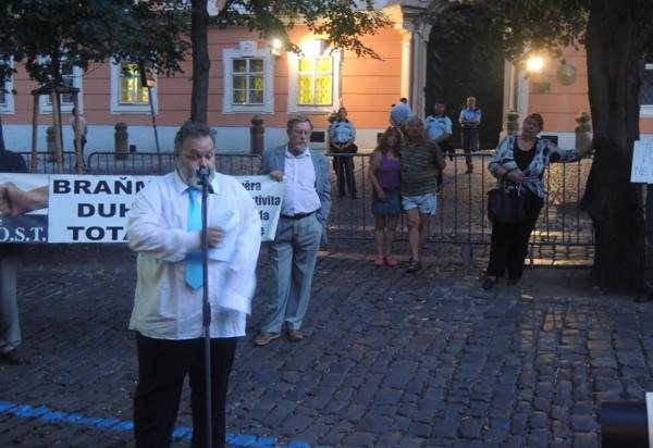 """Projev místopředsedy Akce D.O.S.T. Petra Bahníka na Kampě při protestu proti Prague Pride """"Braňme se duhové totalitě"""""""