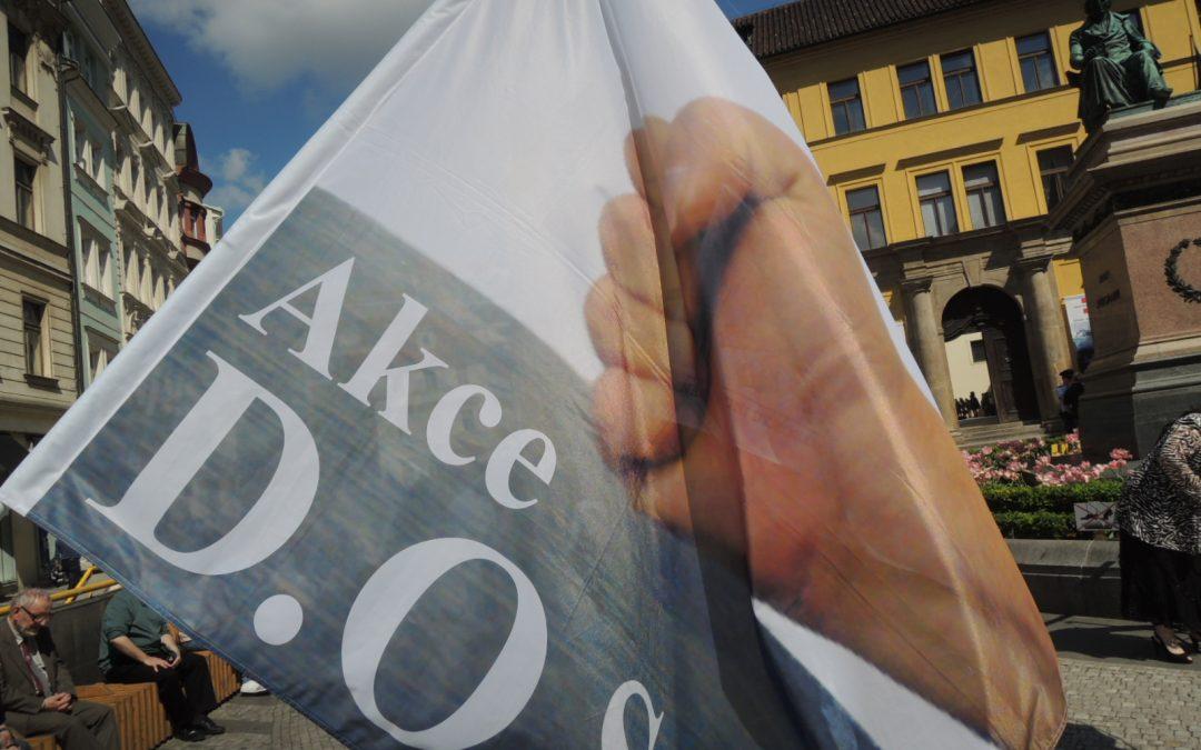 Vyvěšení umělé tkaniny sbarevnými pruhy (tzv. duhové vlajky) na budově pražského magistrátu vnímáme jako symbol mocenské zvůle, otupující demagogie aživota ve lži